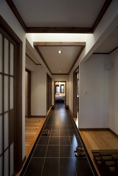 玄関ホール(洗面室の方を見る) (和楽の家)