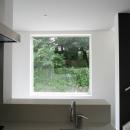 アトリエのあるスキップフロアの家 OUCHI-03の写真 キッチンから見る借景窓