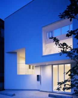 下井草の家~スキップフロア+ルーフガーデンの家 (夕景)