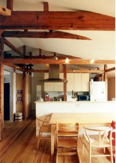 小屋組み傾斜天井が家族をつなぐ、リビング・ダイニング (リフォーム・リノベーション(宿場町商店街の小店舗を二世帯化))