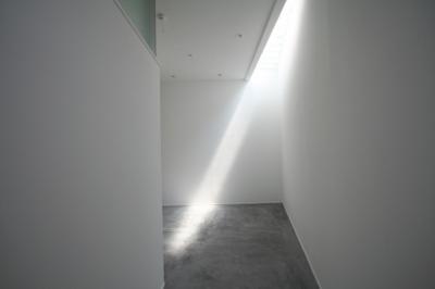 間接光で採光するアトリエ (アトリエのあるスキップフロアの家 OUCHI-03)