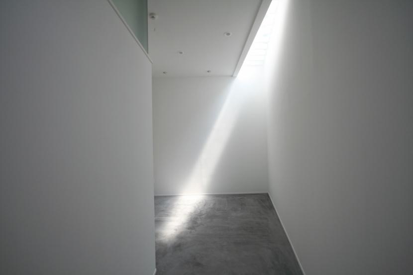 アトリエのあるスキップフロアの家 OUCHI-03 (間接光で採光するアトリエ)