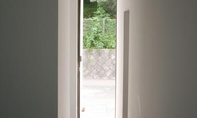 アトリエのあるスキップフロアの家 OUCHI-03 (玄関内部から)