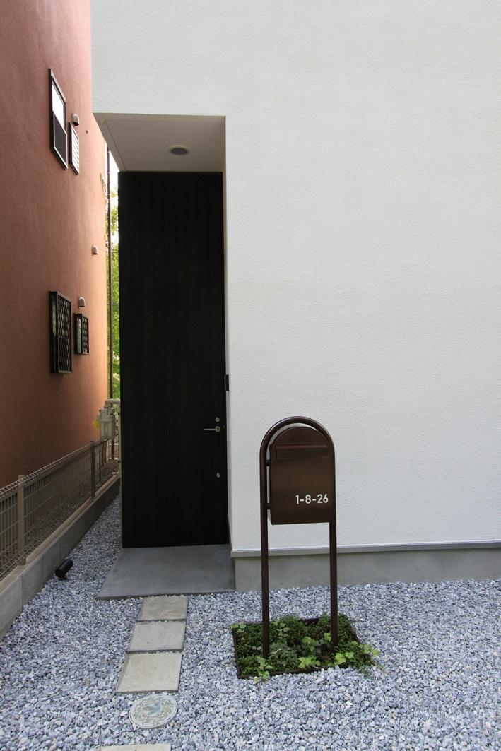 オウチ03・アトリエのあるスキップフロアの家の写真 高さ3mの玄関ドア