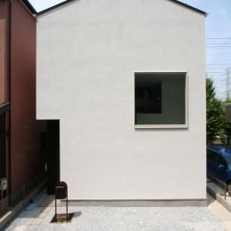 アトリエのあるスキップフロアの家 OUCHI-03 (正方形の窓がポイントの外観)