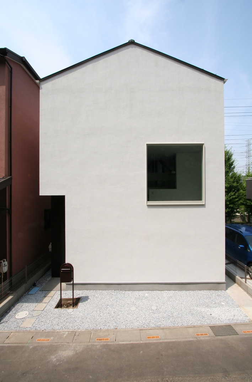 正方形の窓がポイントの外観 (アトリエのあるスキップフロアの家 OUCHI-03)
