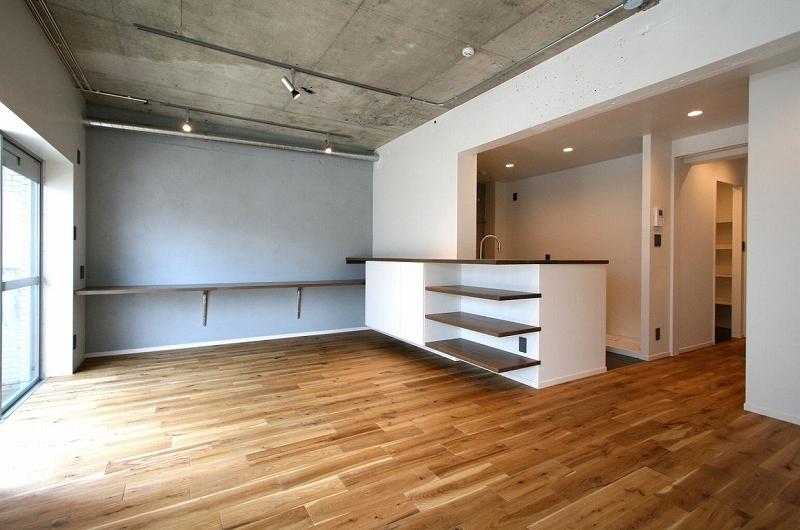 横浜市青葉区S邸_記憶を継承しながら時を紡ぐ家の写真 取れない壁を生かして、キッチンとつながるリビングに