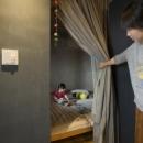 カーテンで、間仕切る寝室