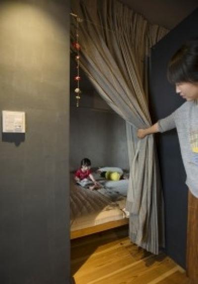 カーテンで、間仕切る寝室 (東京都江東区_子どもが走り回って、元気に育つ家)