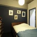 寝室の壁はセルフペイントで紫に。