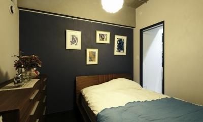 港区I邸_無骨さが心地よい (寝室の壁はセルフペイントで紫に。)