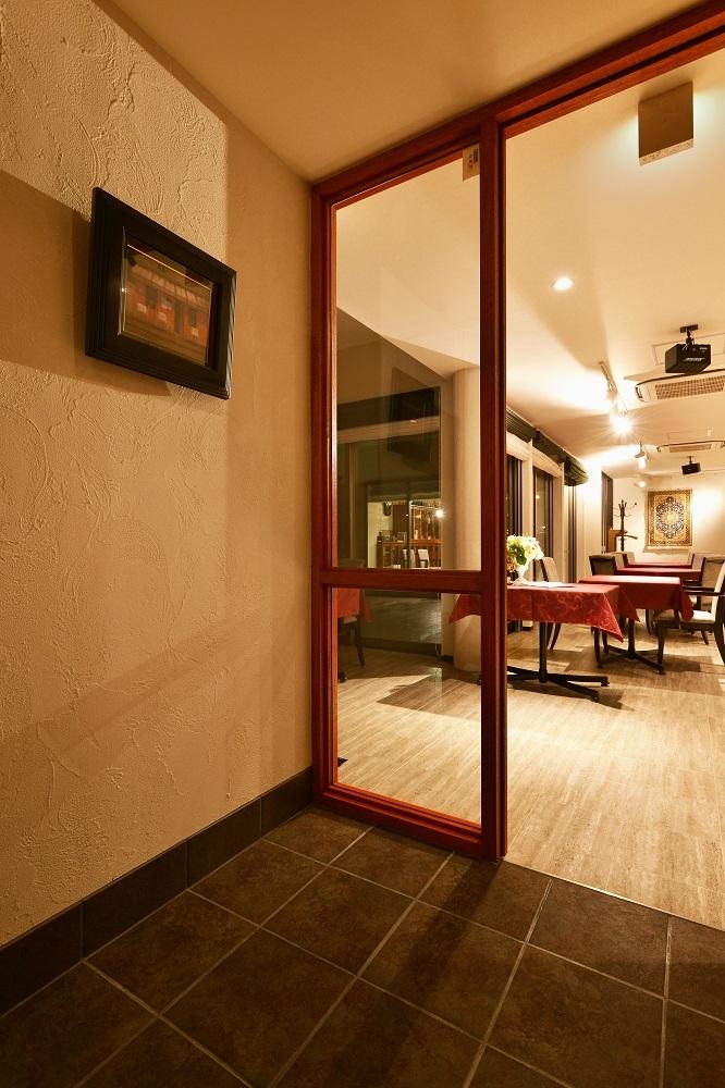中庭のある レストランの部屋 風除室