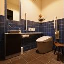 タイル×塗り壁のトイレ