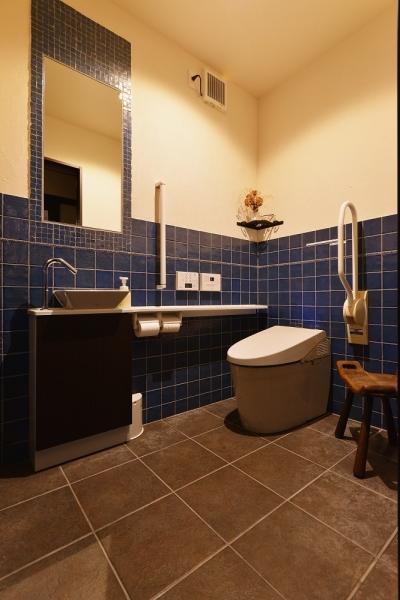 タイル×塗り壁のトイレ (中庭のある レストラン)