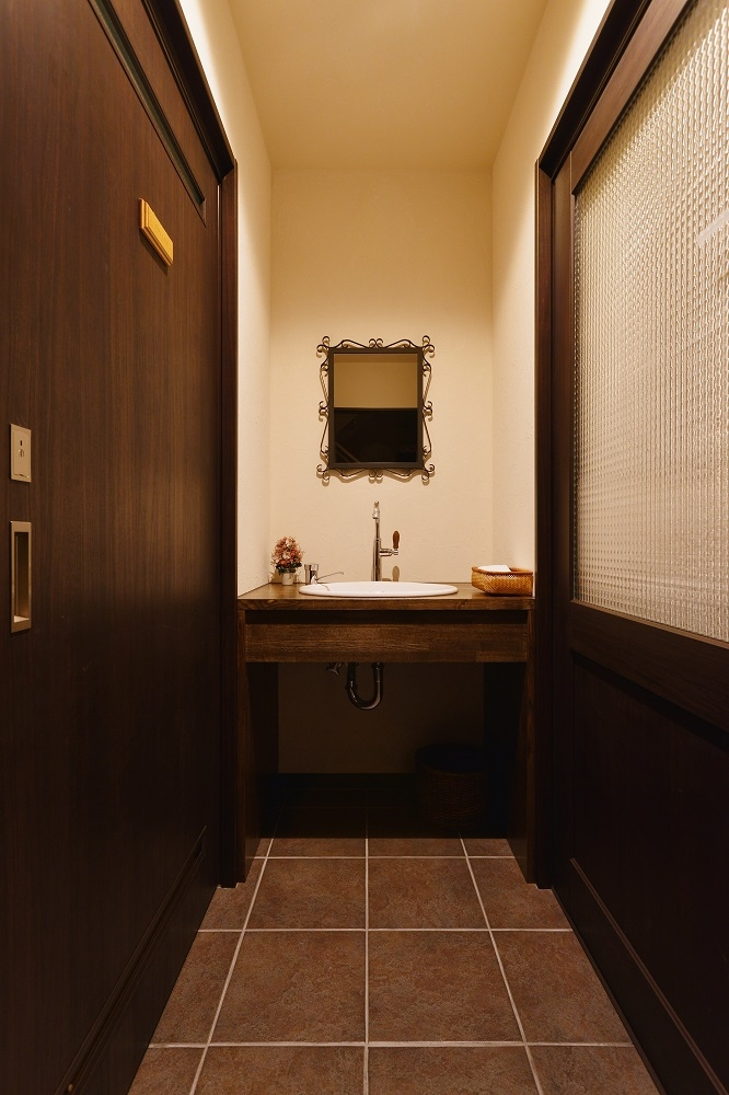 中庭のある レストランの部屋 造作洗面カウンター