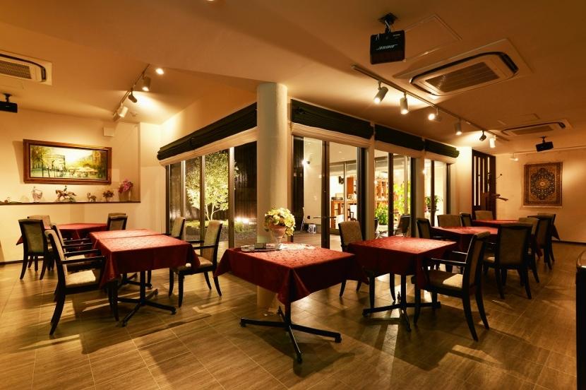 中庭のある レストランの部屋 中庭を囲む客席