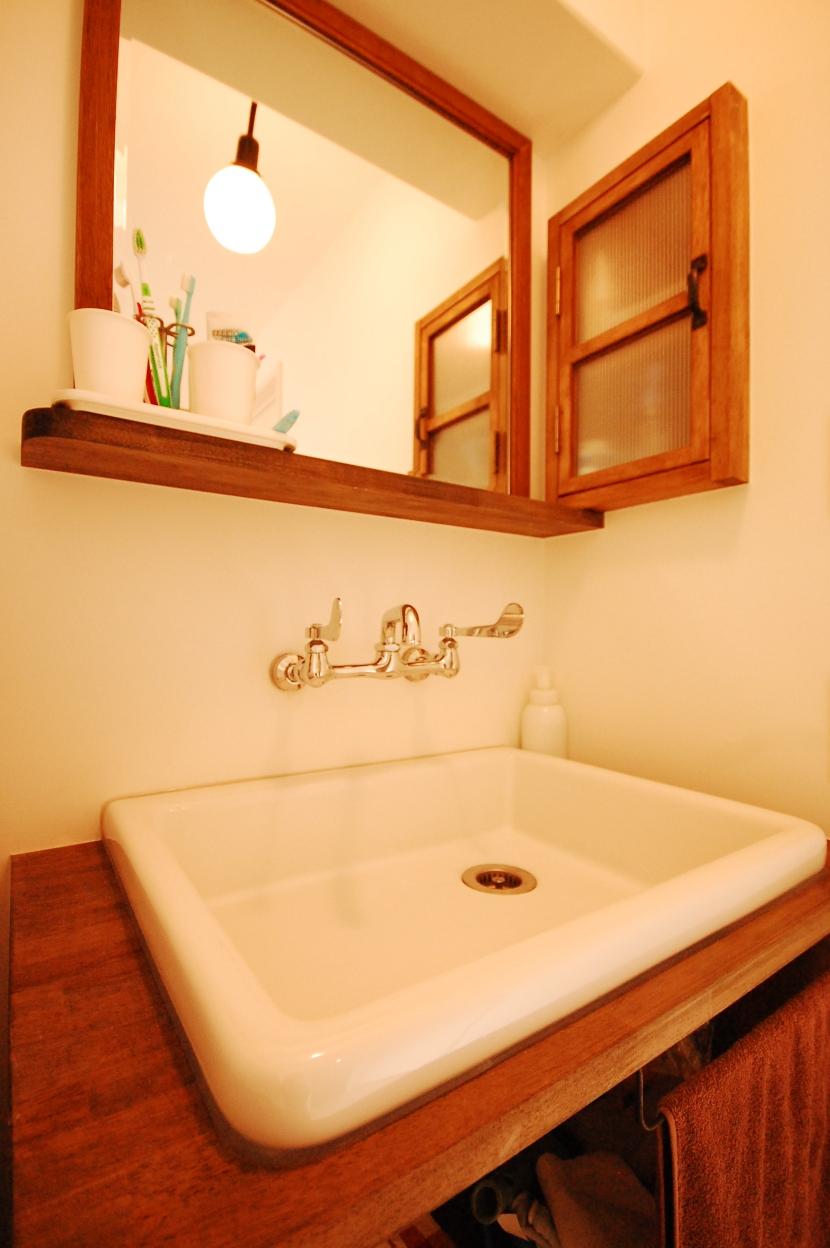 ハンモックがあるリビングの部屋 洗面台