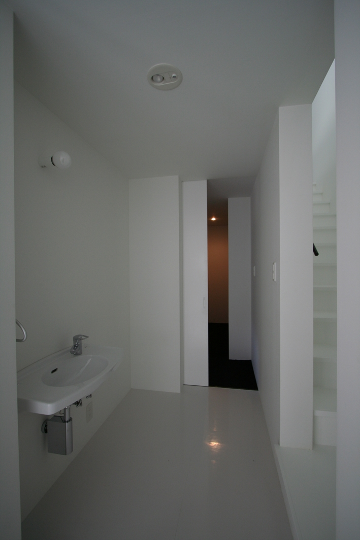 鳥取のミニマルデザインの家 OUCHI-02 (廊下の洗面コーナー)