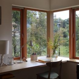 公園を借景にしたスキップフロアの家 (ダイニングの出窓)