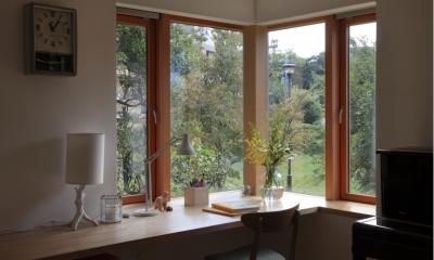 ダイニングの出窓|公園を借景にしたスキップフロアの家