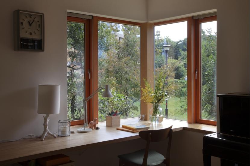 公園を借景にしたスキップフロアの家の部屋 ダイニングの出窓