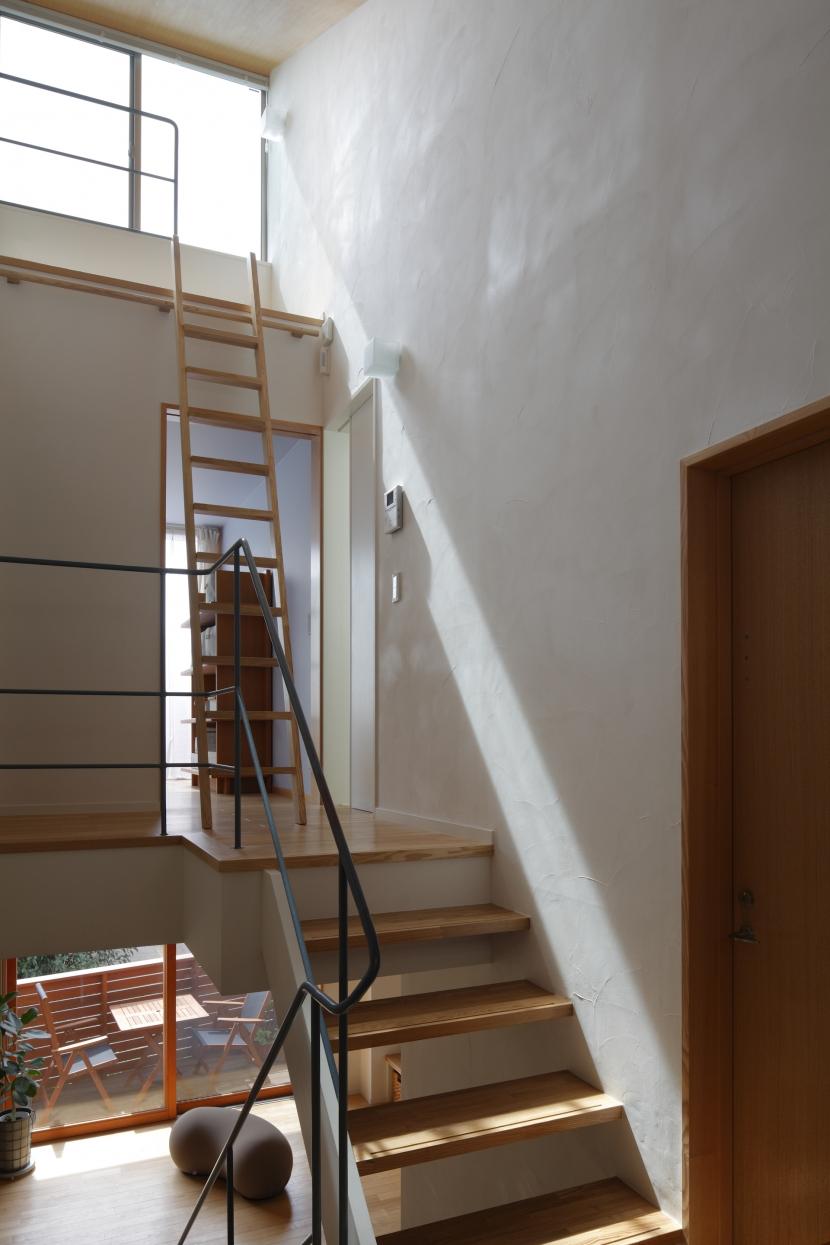 公園を借景にしたスキップフロアの家の部屋 階段