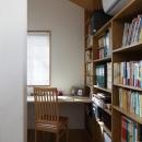 公園を借景にしたスキップフロアの家の写真 ライブラリー奥の書斎コーナー