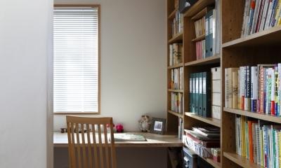 ライブラリー奥の書斎コーナー|公園を借景にしたスキップフロアの家