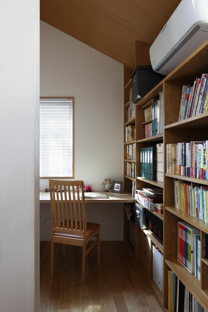 公園を借景にしたスキップフロアの家の部屋 ライブラリー奥の書斎コーナー
