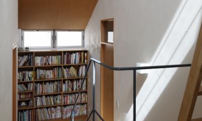 階段踊り場のライブラリー|公園を借景にしたスキップフロアの家