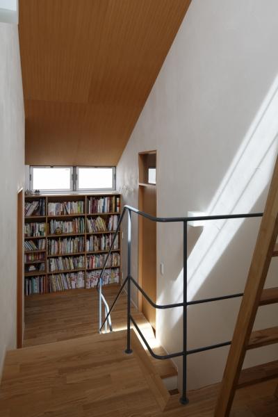 階段踊り場のライブラリー (公園を借景にしたスキップフロアの家)