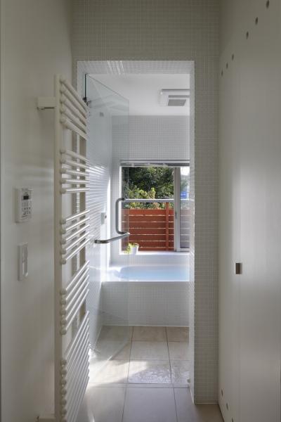 浴室 (公園を借景にしたスキップフロアの家)