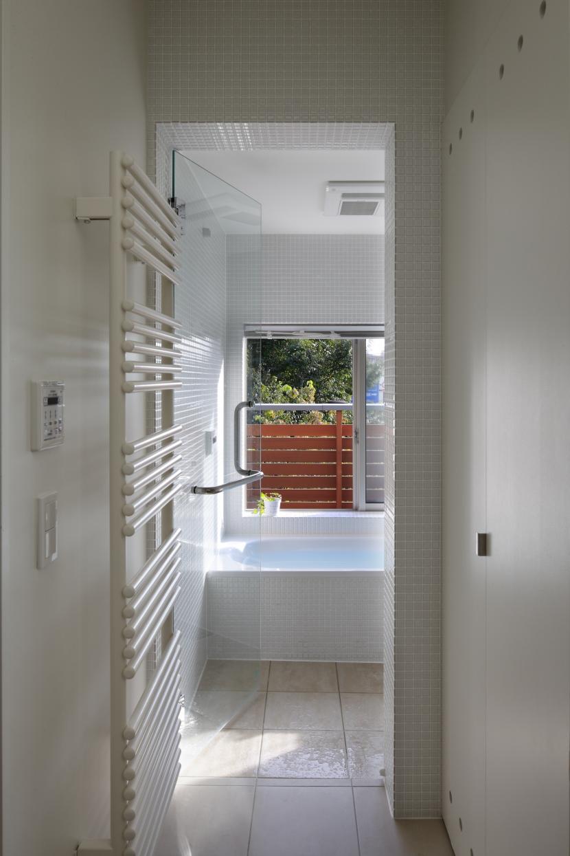 公園を借景にしたスキップフロアの家の写真 浴室