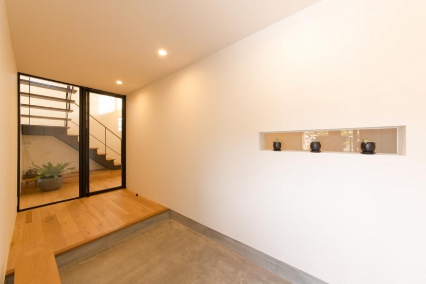 里山を望む家の写真 玄関
