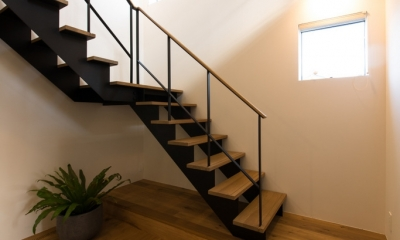 里山を望む家 (階段ホール)