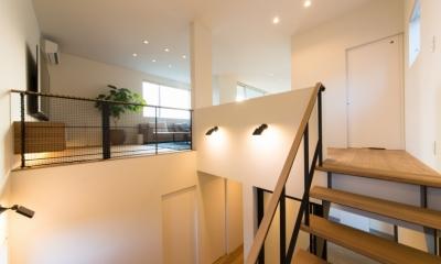 階段ホール・リビング|里山を望む家