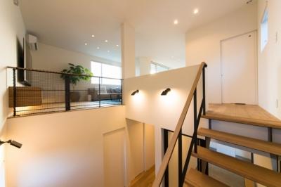 里山を望む家 (階段ホール・リビング)