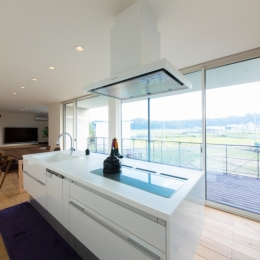 里山を望む家 (キッチン)