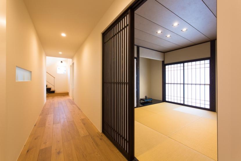 里山を望む家の写真 和室・廊下