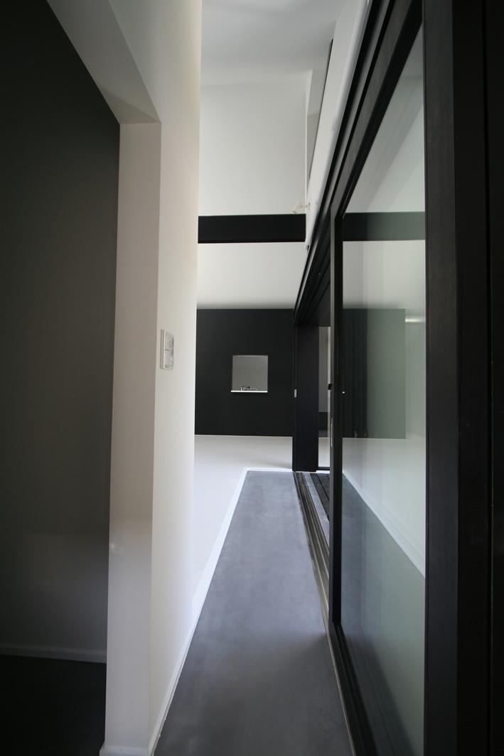 鳥取のミニマルデザインの家 OUCHI-02 (玄関土間)