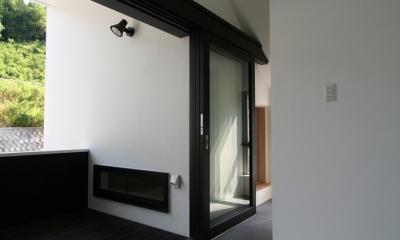 鳥取のミニマルデザインの家 OUCHI-02 (外部と一体にできる玄関)