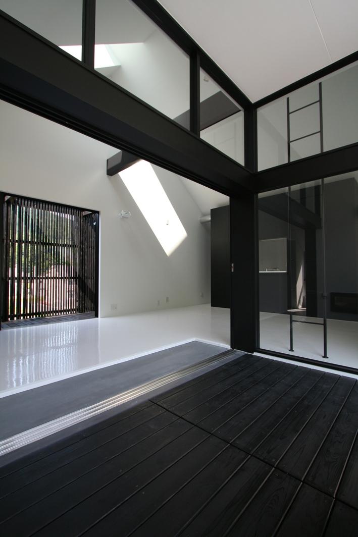 鳥取のミニマルデザインの家 OUCHI-02 (リビング前の2階デッキ玄関)