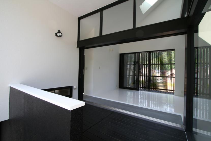 鳥取のミニマルデザインの家 OUCHI-02 (玄関ポーチとしての前庭デッキ)