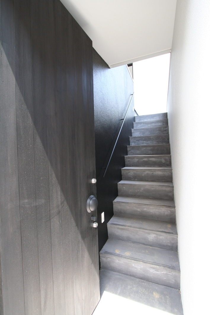 鳥取のミニマルデザインの家 OUCHI-02 (外階段)