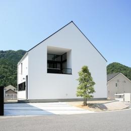 鳥取のミニマルデザインの家 OUCHI-02 (シンプルな三角屋根の外観)