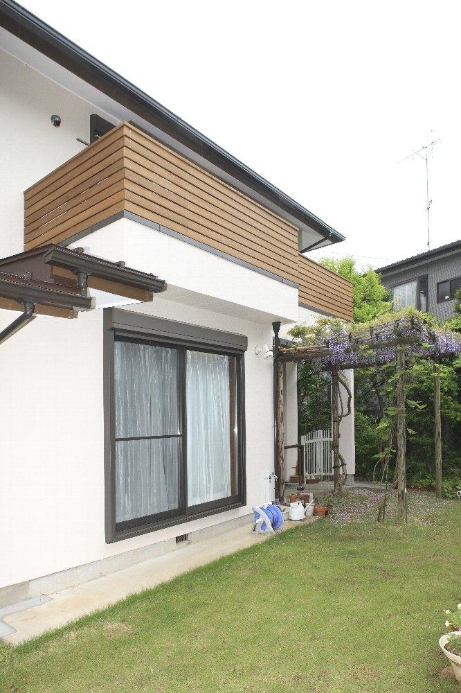 横浜市I邸:実家リノベで二世帯に (緑に映えるルーフバルコニー)