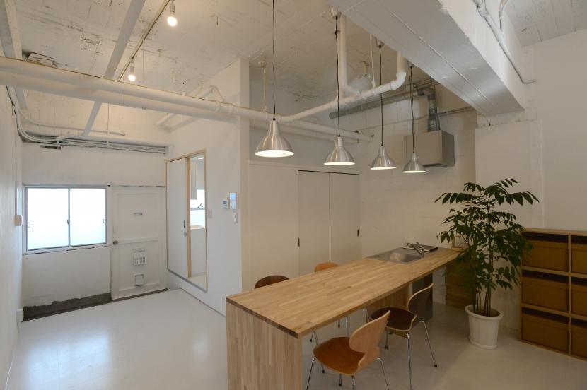 若竹ビル の シェアオフィス | coworking space in 5th Avenueの写真 エントランス と ミーティングスペース