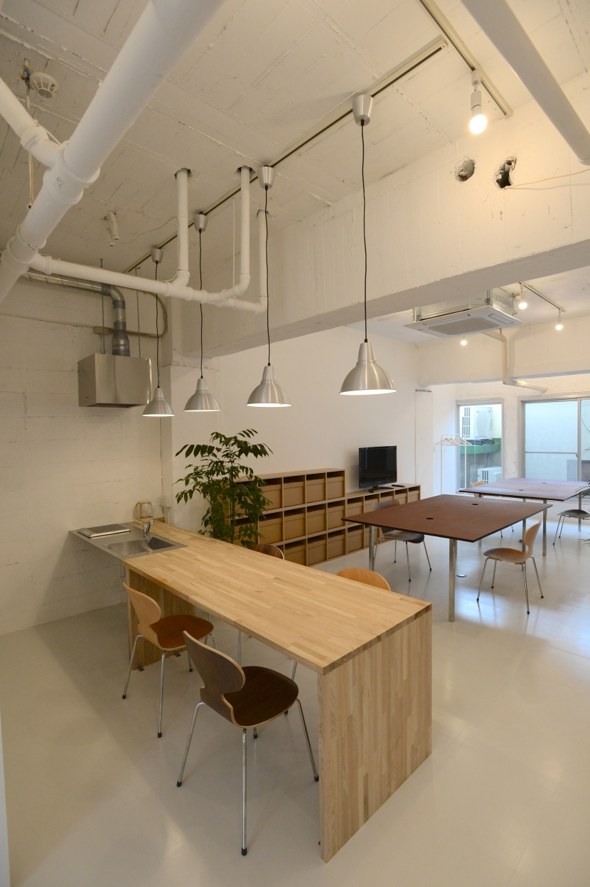 若竹ビル の シェアオフィス | coworking space in 5th Avenueの写真 ミーティングスペース と オフィススペース