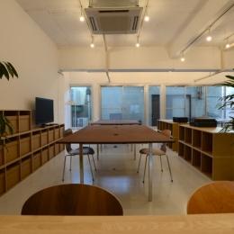 若竹ビル の シェアオフィス | coworking space in 5th Avenue (ミーティングスペースから、オフィススペースを見る)