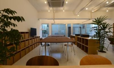 ミーティングスペースから、オフィススペースを見る|若竹ビル の シェアオフィス | coworking space in 5th Avenue